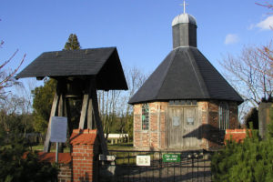 Heutiger Eingang zum Friedhof Peenemünde mit Kapelle und freistehender Glocke (HTM Peenemünde, Archiv)