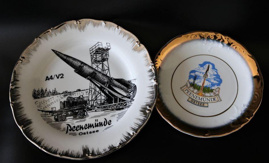 Souvenirs mit Peenemünde-Bezug in den 1990er Jahren: Porzellan-Teller mit Zeichnungen von A4-Raketen, Foto: Daniel Middeke, 2018 (HTM Peenemünde, Archiv)