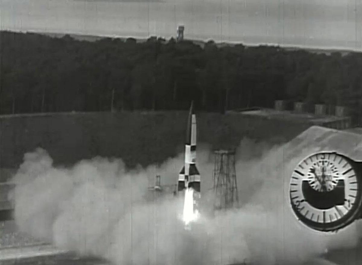 """Am 3. Oktober 1942 wurde am Prüfstand VII zum ersten Mal eine A4-Rakete erfolgreich getestet. Auf das Datum bezieht sich der Mythos der """"Wiege der Raumfahrt"""", da erstmals eine Rakete in den Grenzbereich zum Weltall gelangte. (HTM Peenemünde, Archiv)"""