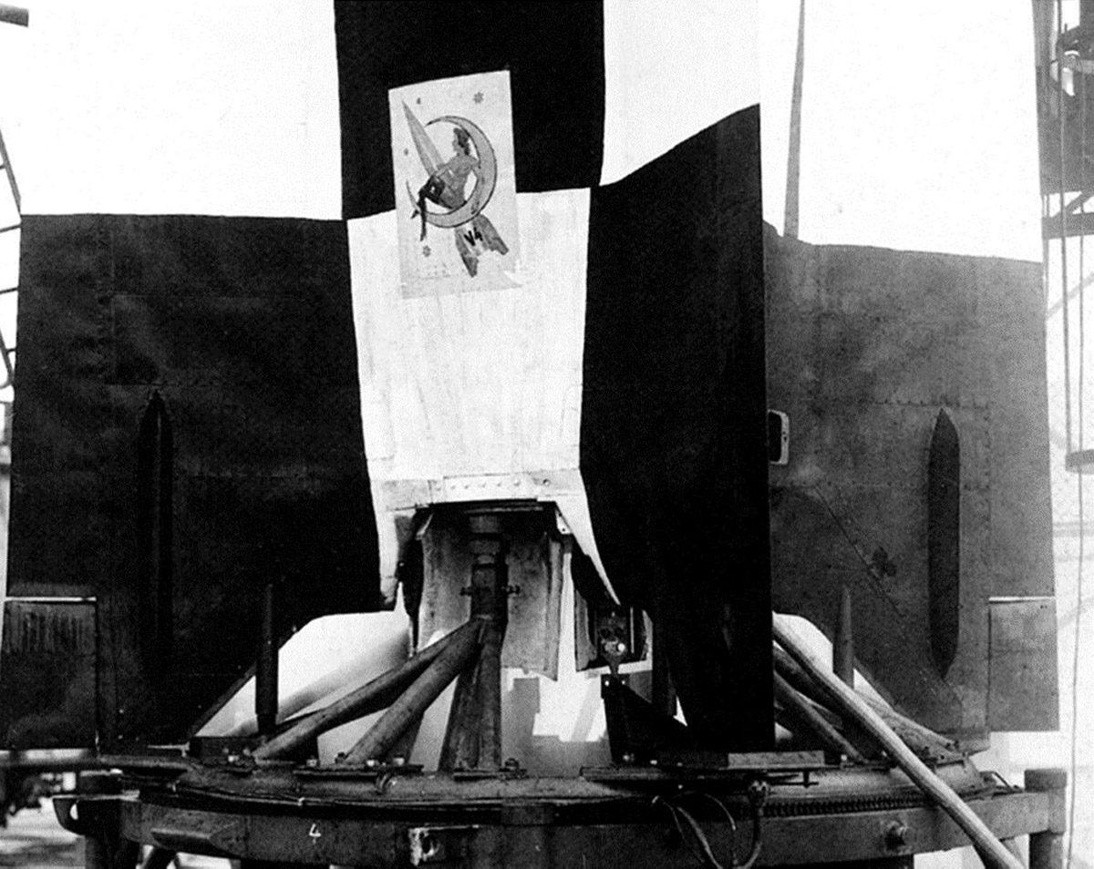 """Als sogenanntes Glücksymbol wurde die """"Jungfrau am Monde"""" auf dem Versuchsmuster 4 vom 3. Oktober 1942 angebracht. Spekulationen nach wurde das Motiv 1942 wegen des Films """"Frau im Mond"""" von Fritz Lang aus dem Jahr 1929 gewählt. Gleichzeitig nimmt es wahrscheinlich Bezug auf Paul Linckes berühmte Operette """"Frau Luna"""" von 1899 – viele Entwickler hatten in Berlin studiert. Grafiker: Gerd de Beek (HTM Peenemünde, Archiv)"""