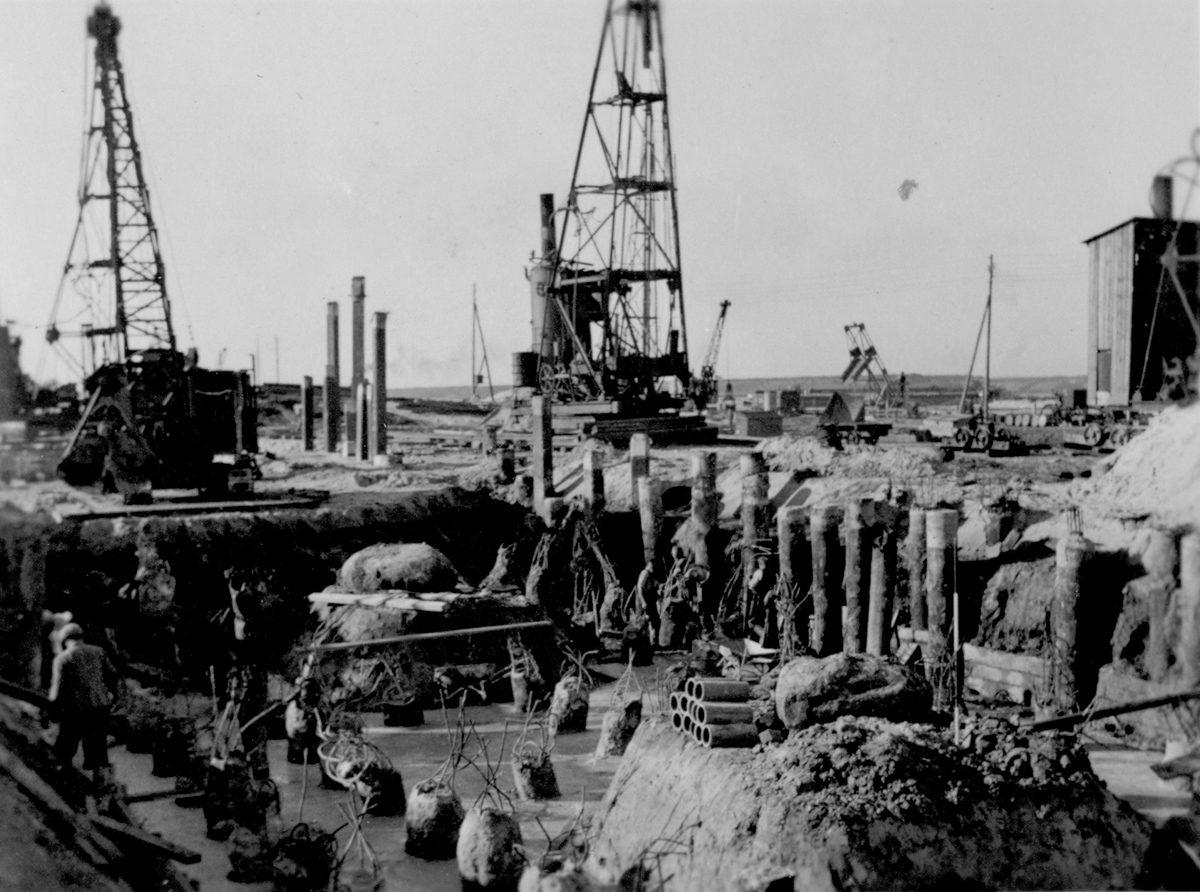 Bau des Bunkerfundaments. Der Boden ist bereits betoniert und im Hintergrund kann man die Ramme  für die Pfähle erkennen. Foto: Baustellenleiter Josef Greiner, Peenemünde, 1940 (HTM Peenemünde, Archiv)