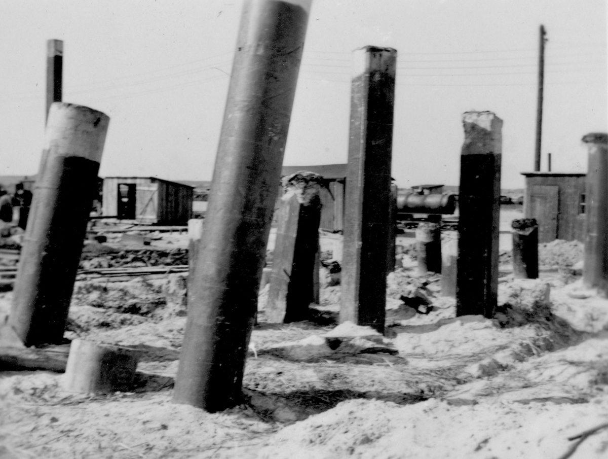 """Es wurden über 2.000 Stahlbetonpfähle mit einer Länge von bis zu 15 Metern in den Boden gerammt. Dies sorgte für die Stabilität des Kraftwerkes. Die abgebildete Stelle wurde auch als """"Pfahlfriedhof"""" bezeichnet. Foto: Bauleiter Josef Greiner, Peenemünde, 1940 (HTM Peenemünde, Archiv)"""