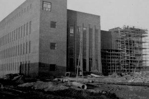 Obwohl die Bauarbeiten im November 1941 noch in vollem Gange waren, hinterließ das Kraftwerksgebäude schon einen mächtigen Eindruck. Foto: Bauleiter Josef Greiner, Peenemünde, 1941 (HTM Peenemünde, Archiv)