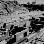 Verlegung von Fernheizrohren. Das Fernheizsystem gehörte zu den größten seiner Art in Europa. 1944 wurde es von einer Bombe getroffen und verursachte einen schweren Waldbrand. Foto: Baustellenleiter Josef Greiner, Peenemünde, 1941/1942 (HTM Peenemünde, Archiv)