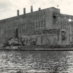 Auch nach Kriegsende wurde das Kraftwerk weiterbenutzt. Auf dem Dach sieht man den roten Stern der Sowjetunion – als symbolische Erinnerung an den Sieg über den Faschismus. (HTM Peenemünde, Archiv)
