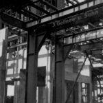 """Tragende Stahlkonstruktion, an der der Name der Stahlbaufirma """"Gollnow u. Sohn"""" aus Stettin zu lesen ist. Foto: Baustellenleiter Josef Greiner, Peenemünde, 1941 (HTM Peenemünde, Archiv)"""