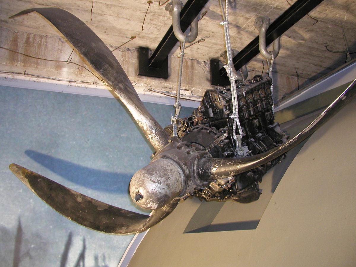Original Motor samt verbogenem Propeller des in den Kölpinsee abgestürzten Lancaster-Bombers DV 202 in der Dauerausstellung des Museums. Die von der Firma Avro gebauten Flugzeuge wurden ab 1942 bei der Royal Air Force in Dienst gestellt. Foto: Theresa Kiene, 2018 (HTM Peenemünde, Archiv)