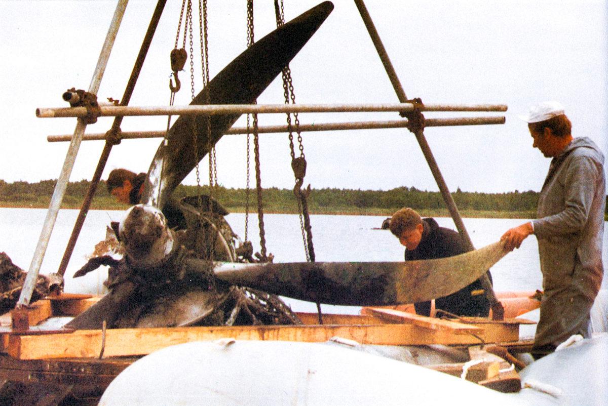 Originalfoto der Bergung des Motors und des Propellers des Lancaster-Bombers, 1991.  Foto: Harald Tresp, 1991 (HTM Peenemünde, Archiv)