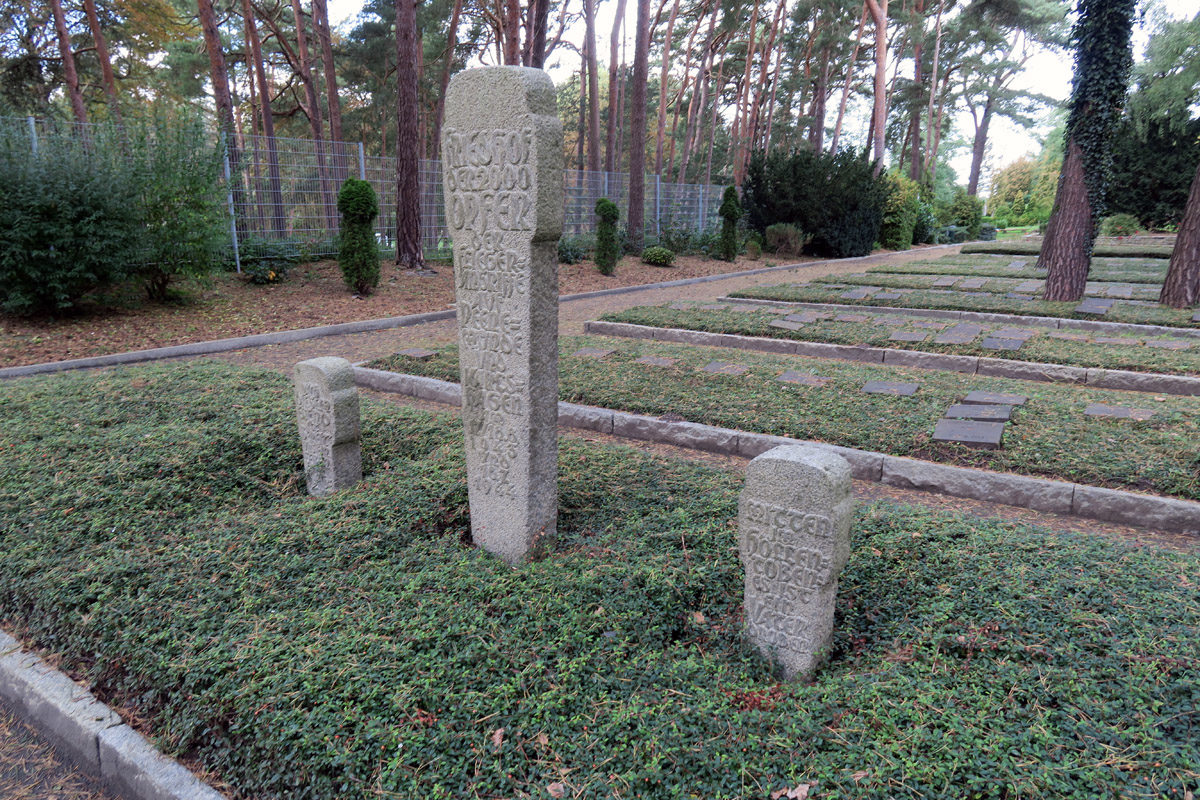 """Gedenkstein auf dem Karlshagener Friedhof mit der Inschrift: """"Friedhof der 2000 Opfer der Fliegerangriffe auf Peenemünde und Karlshagen am 17./18.8.1943 und 18.7.1944."""" Foto: Constanze Seifert-Hartz, 2017  (HTM Peenemünde, Archiv)"""