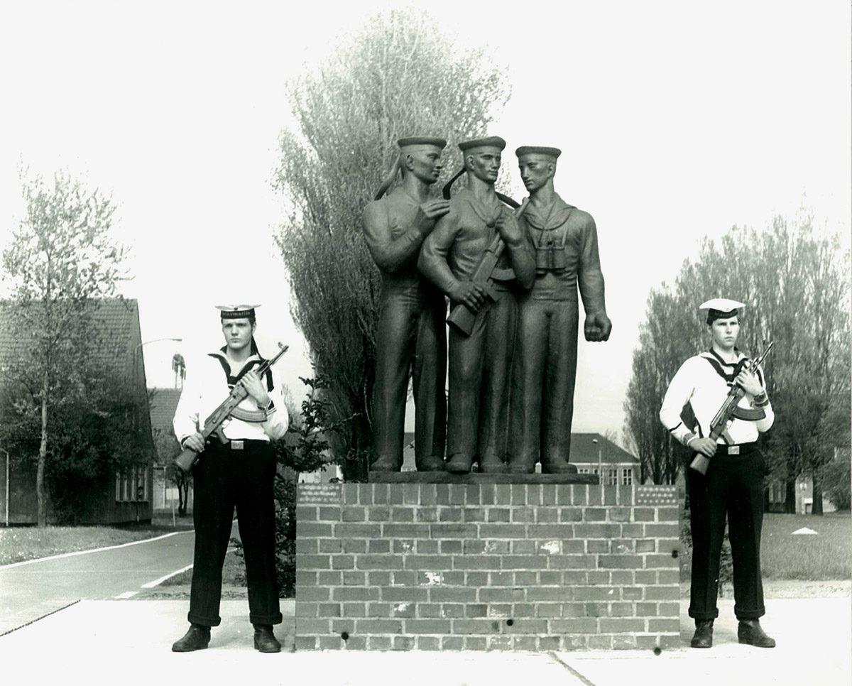 NVA-Soldaten wachen vor dem Marinedenkmal in Peenemünde. (HTM Peenemünde, Archiv)