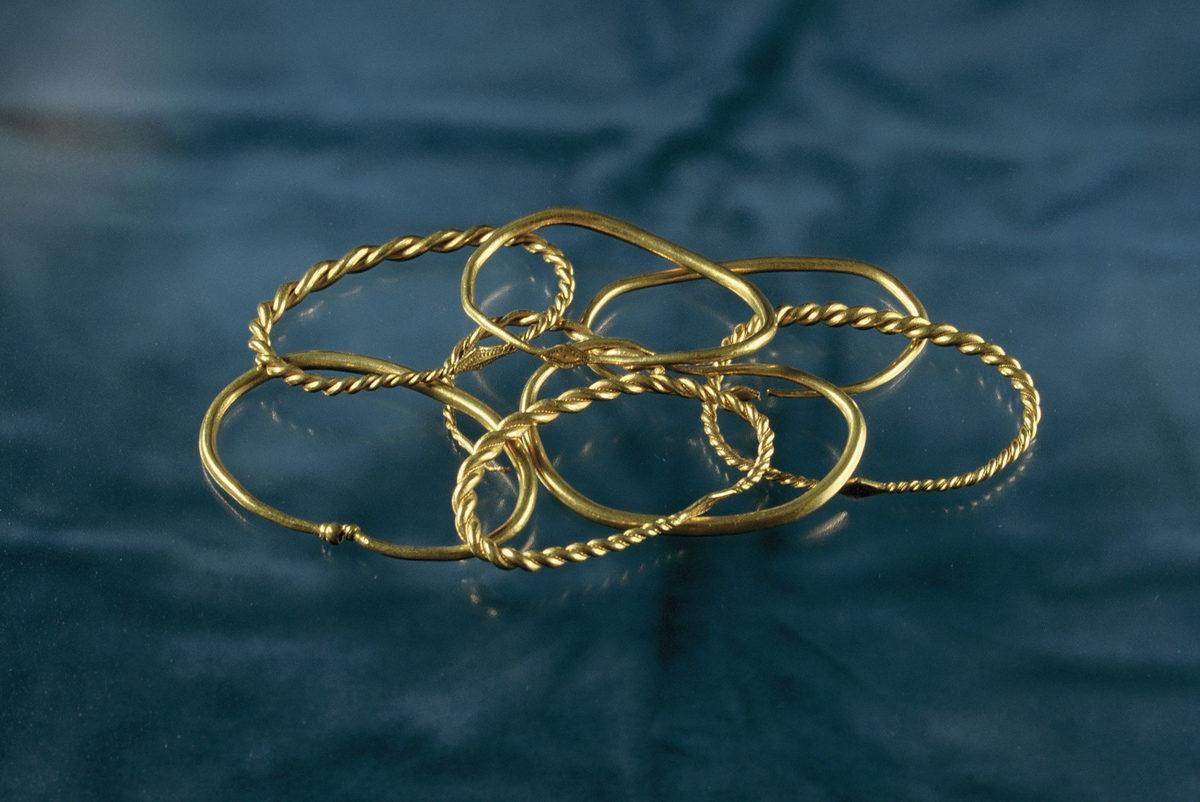 Der Peenemünder Goldschatz umfasst acht goldene Armringe aus Golddraht mit einem Durchmesser von circa fünf bis zehn Zentimetern. Von den Wikingern wurden sie als Schmuck und Zahlungsmittel genutzt. Foto: Stralsund Museum der Hansestadt Stralsund, Jutta Grudziecki
