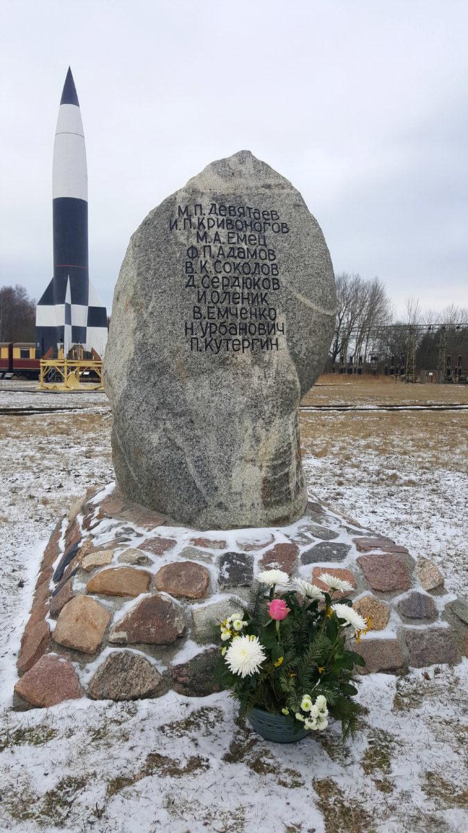Der Gedenkstein in Peenemünde erinnert an die spektakuläre Flucht Dewjatajews und neun weiterer sowjetischer Häftlinge aus dem Lager Karlshagen I. (HTM Peenemünde, Archiv)