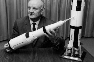 Arthur Rudolph mit einem Modell der Saturn V-Rakete, Foto 1969 (NASA, Marshall Space Flight Centre, SP-4206)