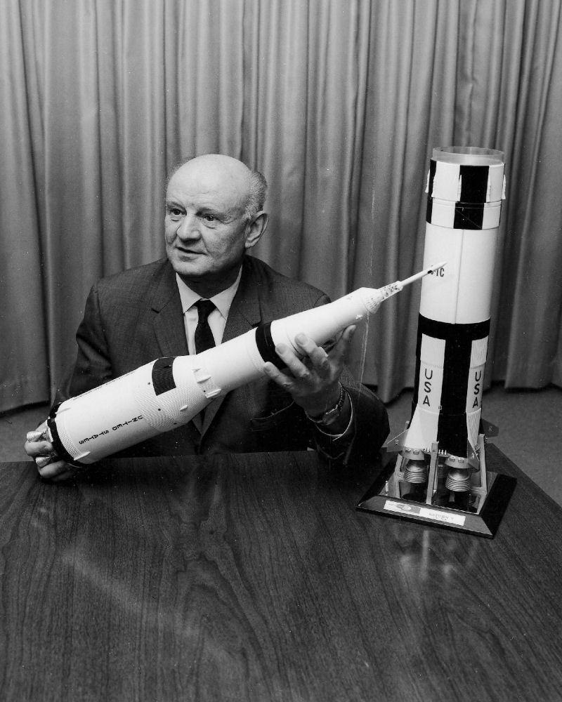 Arthur Rudolph mit einem Modell der Saturn V-Rakete, Foto 1969 (NASA, Marshall Space Flight Centre, SP-4206)
