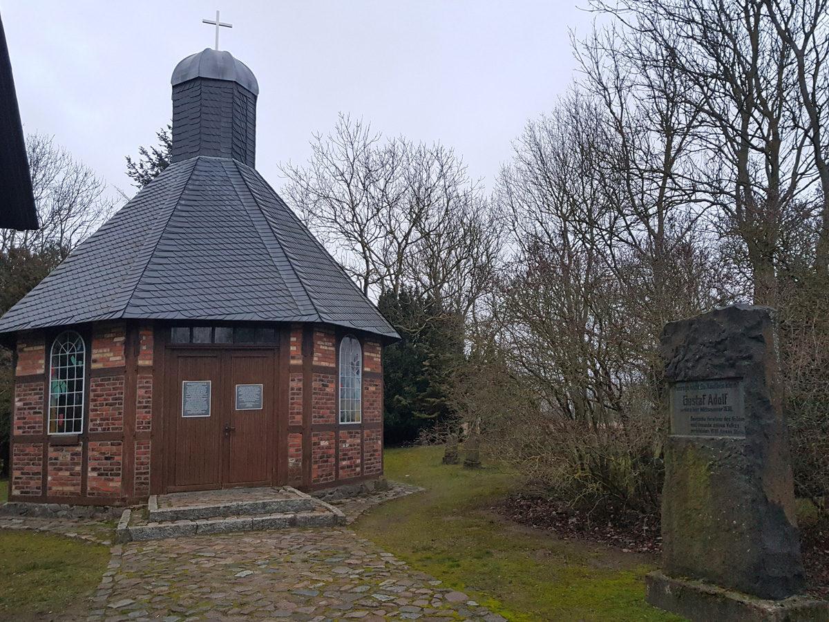 Der Gedenkstein für den schwedischen König Gustav II. Adolf wurde 1930 im Dorf Peenemünde aufgestellt und später neben der Kapelle platziert, wo er heute noch zu sehen ist. Foto: Thomas Köhler (HTM Peenemünde, Archiv)