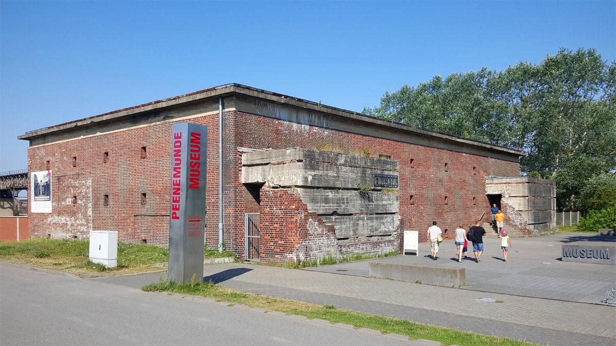 """Die ehemalige Bunkerwarte ist heute das Eingangsgebäudes des HTM Peenemünde. Von 1991 bis 2000 konnte hier die erste Ausstellung zur Geschichte Peenemündes besucht werden. Damals hieß das Museum noch """"Historisch-Technisches Informationszentrum Peenemünde – Geburtsort der Raumfahrt"""". (HTM Peenemünde, Archiv)"""