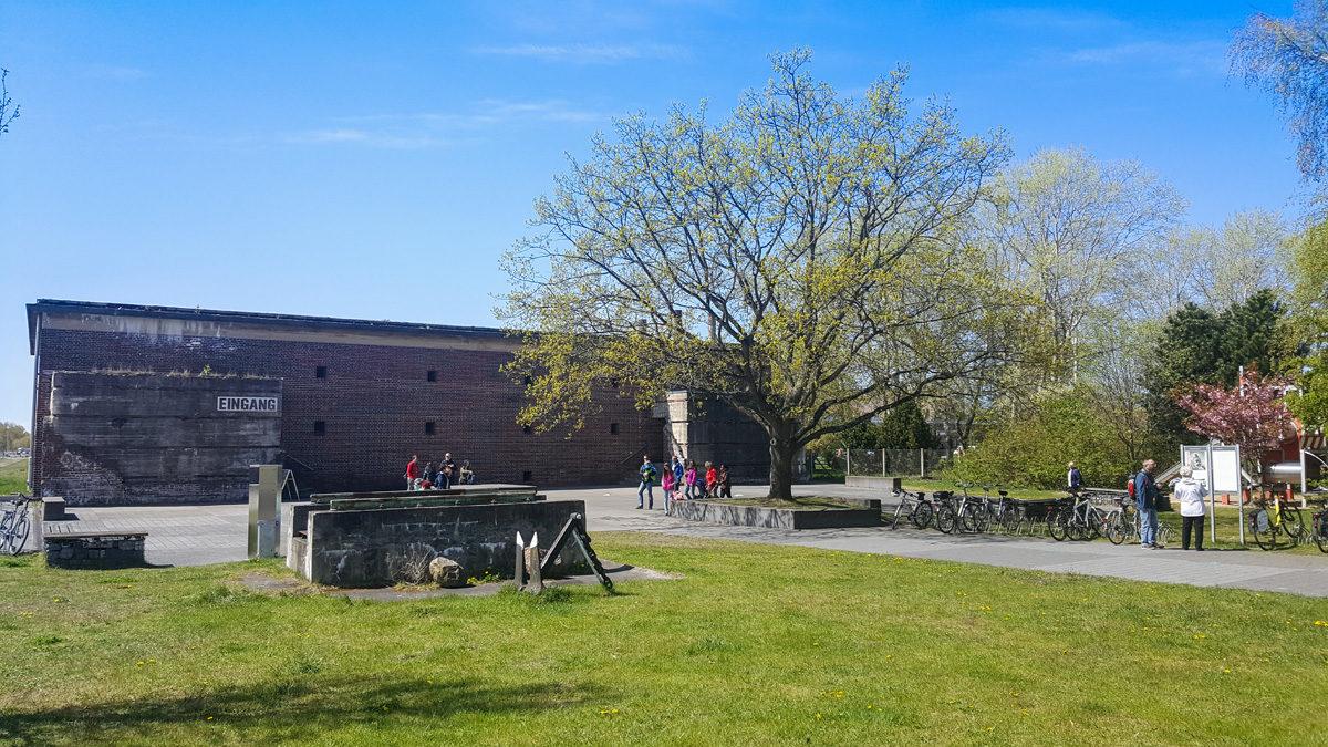 Die Bunkerwarte und der Eingang des HTM Peenemünde heute. Jährlich besuchen etwa 150.000 Menschen das Museum. In den nächsten Jahren sollen ein neues Eingangsgebäude und ein Haus des Gastes am Hafen entstehen. (HTM Peenemünde, Archiv)