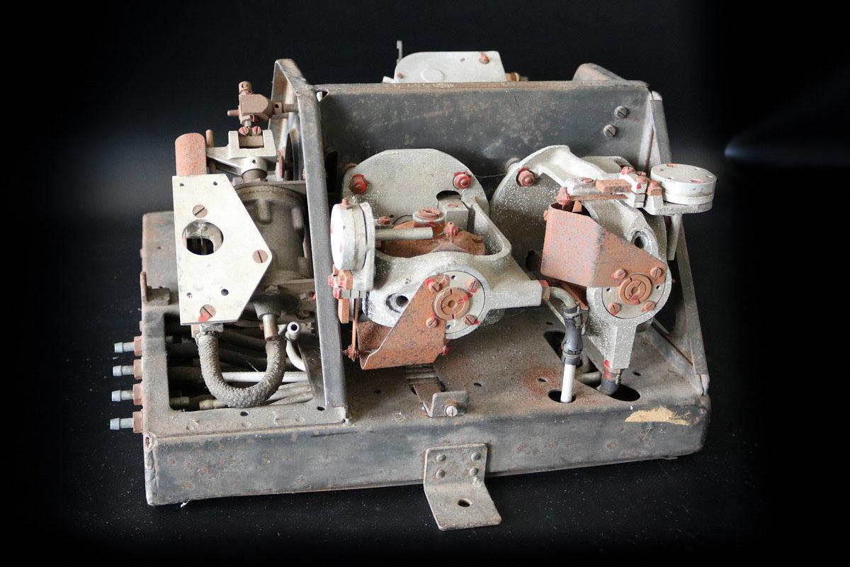 Dieser Autopilot war dafür zuständig, dass die Flugbombe den Weg zum Ziel fand, da sie nicht ferngesteuert werden konnte. Der in der Fi 103 verbaute Autopilot bestand aus einem Lagekreisel und zwei Dämpfungskreiseln, die sowohl die Höhe als auch den Kurs der Flugbombe steuerten. (HTM Peenemünde, Archiv)