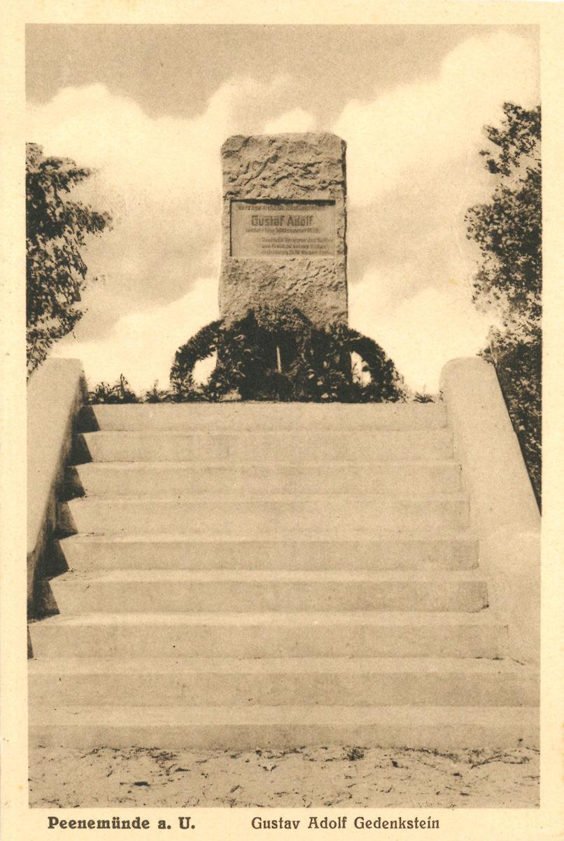 Dieses Foto zeigt den Gedenkstein zu Ehren Gustav II. Adolfs. Der Stein wurde am 26. Juni 1930 unter großer Anteilnahme eingeweiht. Das Eingreifen des schwedischen Königs in den Dreißigjährigen Krieg machte ihn in den Augen vieler zum Retter des Protestantismus auf deutschem Boden. Postkarte um die Mitte der 1930er Jahre (HTM Peenemünde, Archiv)