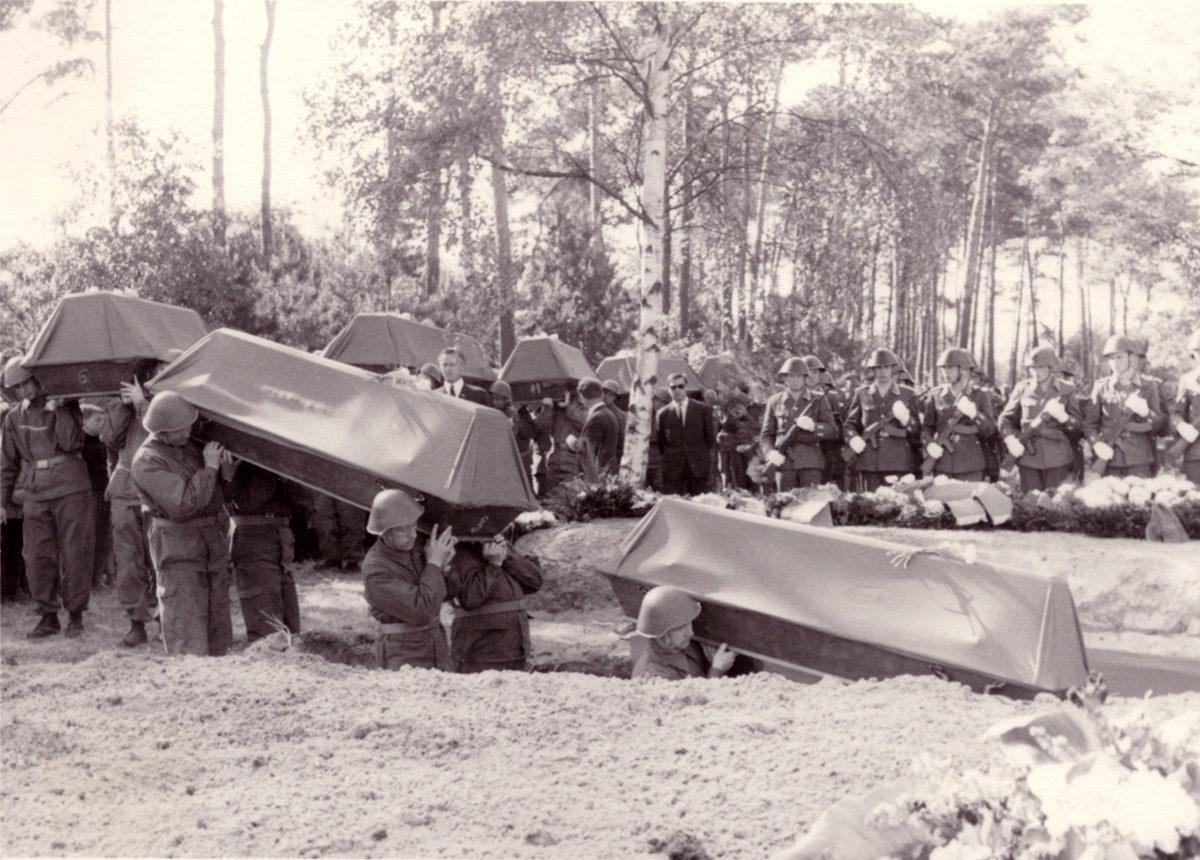 Umbetten der Toten aus dem Massengrab am Friedhof Peenemünde in die Mahn- und Gedenkstätte Peenemünde-Karlshagen am 30.Mai 1968 durch Angehörige der Kampfgruppen und der 1. Flottille der NVA. Foto: Harald Börner (HTM Peenemünde, Archiv)
