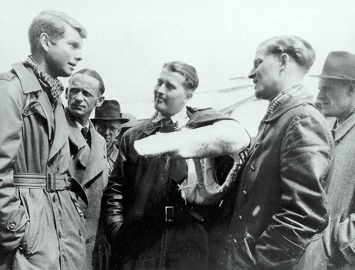 Festnahme von Wernher von Braun am 2. Mai 1945, Personen von links nach rechts: Charles Stewart, CIC Agent; Dr. Herbert Axster; Dieter Huzel; Dr. von Braun; Magnus von Braun und Hans Lindenberg. (NASA, Marshall Space Flight Centre, NASA ID: 6517789)
